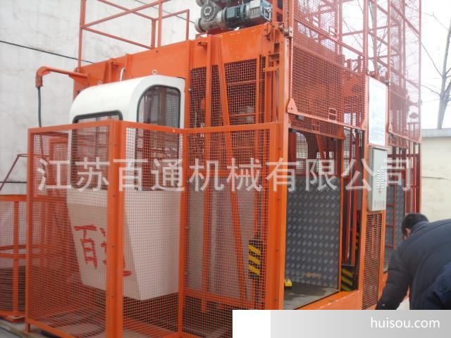 一、概述 施工升降机(亦称外用电梯,简称升降机)广泛适用于人员及物料垂直升降运输。在工业或民用建筑、大型桥梁、竖井中,均为不可缺少的良好运输设备,作为永久或半永久性的还可用于仓库、高塔等不同场合。该产品较之其它提升机构稳定、安全可靠,不用另设机房井道并且拆装方便、搬运灵活性强等优点,尤其在减轻施工人员的劳动强度、加快工程进度,提高工作效率中,起到明显的作用。 SC200/200型建筑施工升降机是江苏百通机械有限公司研究设计的新产品。该机设计合理,结构新颖,运行平稳,安全装置齐全可靠,安装维修方便,主要有以