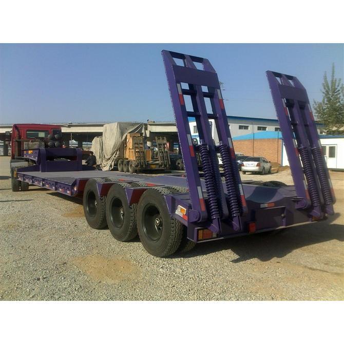 挖掘机运输低平板 重型低平板 液压爬梯图片