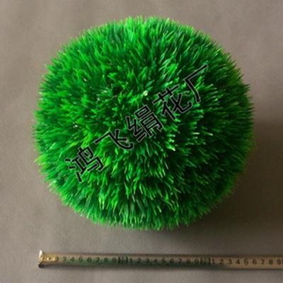 插装在两个半圆形的托架上,形成两个半圆形草球;两个半圆形插装在一起