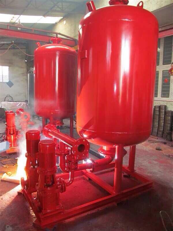 变频恒压供水设备变频恒压供水设备可替代高位水箱、水塔,压力相对稳定,避免水泵频繁启动,高效节能,噪音低。供水设备的泵体可采用铸铁、球铁、碳钢、合金钢、不锈钢等材料铸造,另可根据用户特殊需求定制生产。变频恒压供水系统广泛应用于水利、建筑、消防、电力、环保、石油、化工等各个领域。恒压变频供水设备具有以下几大优点: 1、恒压变频供水设备可以取代低位水池,和高位水箱,能够充分利用自来水管网的压力,将符合国家饮用水标准的水直接供到用户,使水不必经过低位水池,和高位水箱,防止了水的二次污染。 2、恒压变频供水设备省
