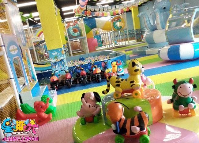 那为什么小乐的父母一开始就加盟星期六儿童乐园呢,为什么小乐来到星期六儿童乐园后变化那么大呢,这就是星期六儿童乐园加盟的魔力了,它将孩子们的潜力充分的发掘出来,为孩子们提供乐趣的同时感受到亲自动手的乐趣,在欢乐的环境中慢慢成长。 社会环境,家庭环境越来越优越,独生子女在家长的溺爱之下使得很多孩子成为了衣来伸手,饭来张口的小皇帝,小公主,殊不知,这正是孩子成长路上的绊脚石,这些都不利于孩子的健康成长,孩子的成长需要自己去摸索,哪怕在摸索的过程中受到一些外界的伤害。 寓教于乐,是星期六儿童乐园加盟的宗旨,也是