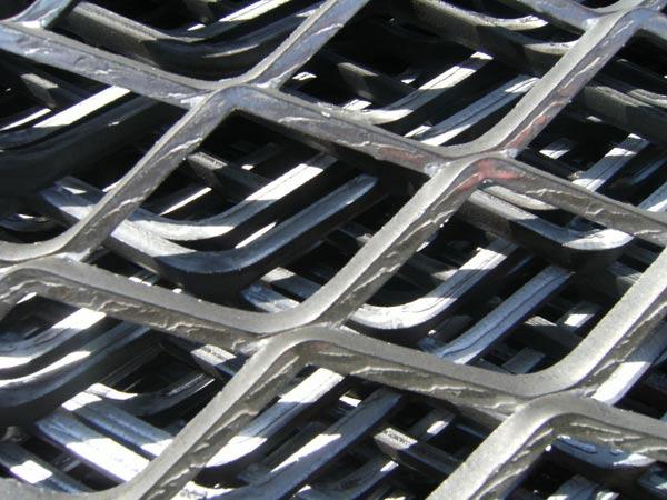 欢迎新老客户来厂参观来电咨询:15132807886张红萍 QQ:2190333054 钢板网/标准钢板网/重型钢板网 重型钢板网是一种承载重量较大的钢板网系列产品,又名扩张金属板网、钢板拉伸网、菱形板网、踏板网、踩踏网、平台踏板网、跳板网等. 重型钢板网材质:低碳钢板、不锈钢板、铝镁合金板、铝板、铜板、钛板、镍板。 重型钢板网编织及特点:冲压、拉伸、压平而成、美观大方、坚固耐用。 重型钢板网表面处理:PVC浸塑(包塑、喷塑、涂塑)、热镀锌、电镀锌、喷环氧防锈底漆等等。 重型钢板网用途:可以用于高空工作平