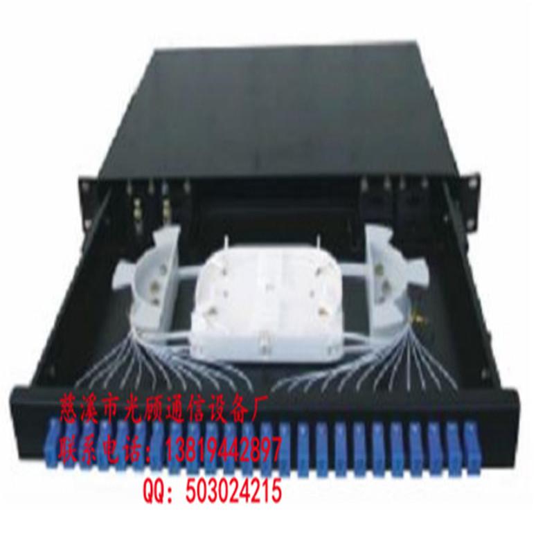 光缆终端盒 光纤盒 光缆终端盒是光缆的端头接入的地方,然后通过光跳线接入光交换机。因此,终端盒通常是安装在19英寸机架上的,可以容纳光缆端头的数量比较多。 接头盒的作用就是将两段光缆连接起来。终端盒就是将光缆跟尾纤连接起来起保护作用的。实际工作中终端盒可以作室内接头盒用但是很少将接头盒当终端盒用 用途不一样,1、交接箱可分为光缆交接箱和电缆交接箱.