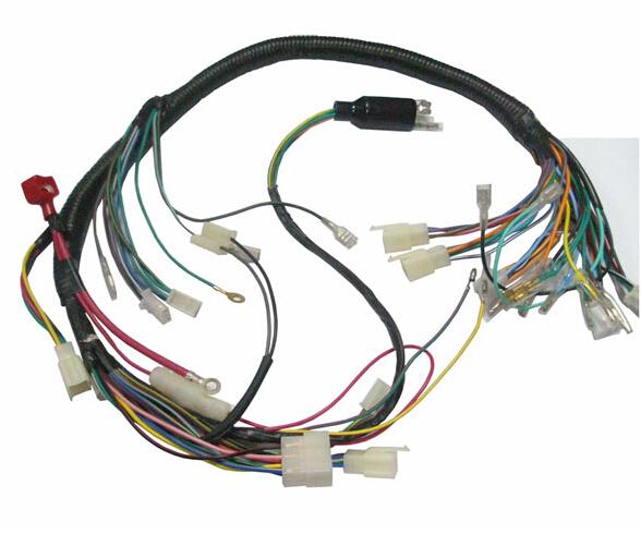 汽车线束是汽车电路的网络主体,没有线束也就不存在汽车电路。线束是指由铜材冲制而成的接触件端子(连接器)与电线电缆压接后,外面再塑压绝缘体或外加金属壳体等,以线束捆扎形成连接电路的组件。线束产业链包括电线电缆、连接器、加工设备、线束制造和下游应用产业,线束应用非常广泛,可用在汽车、家用电器、计算机和通讯设备、各种电子仪器仪表等方面,车身线束连接整个车身,大体形状呈H形。