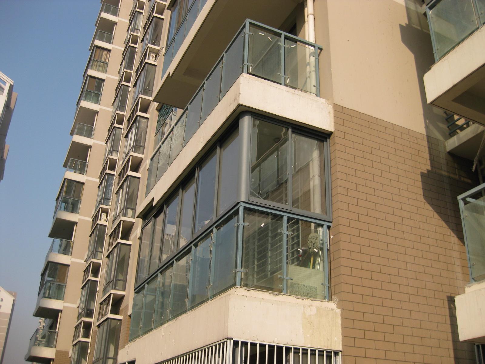 封阳台可以按结构,类型等细分为以下几种: 按顶材料分类:玻璃顶,断桥