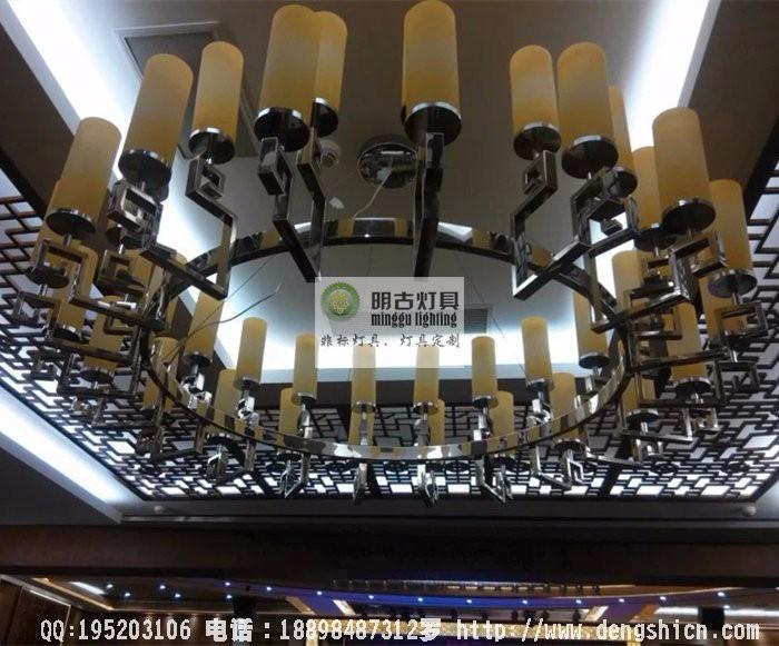 新中式元素酒楼餐厅的装饰风格体现的是素雅的气质,因为从中可以显示主人的喜好与品位;餐桌餐椅很普通,但是餐具的摆放,中央素雅餐布几件餐桌饰品彰现餐桌文化;咖啡色泽色柜子摆放着蓝白瓷器,淡米黄色的窗曼柔和雅致;不张扬,不简单却透射精深博大的气息,着或许就是新中式风格(或者是新东方乃至新亚洲风格)的精髓所在。