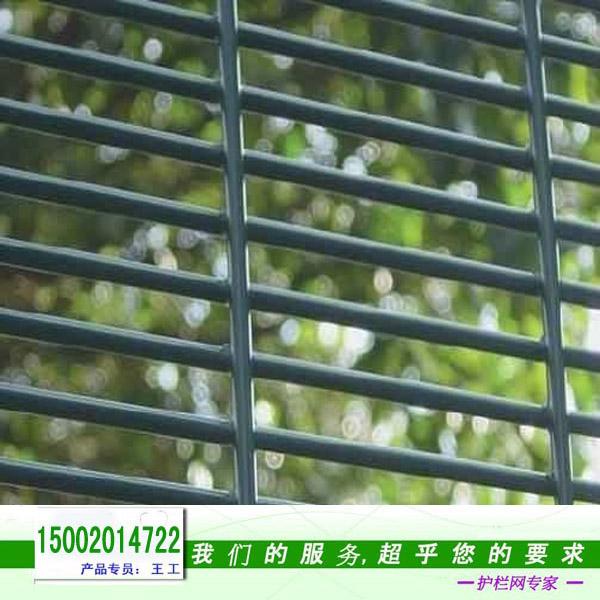"""358 护栏网名称源自其特殊的网孔尺寸和丝径,即3"""" x 0.5""""x8#,换算成毫米是: 76.2mm x 12.7mm x 4mm(孔长x孔高x丝径).358 护栏网因其孔小而密,能最大程度上防止人或工具攀爬,更安全的保护您周围的环境,所以是目前高安防周界防护场所如监狱,国边境线等隔离非常受欢迎的一种护栏类型。 358护栏网常用规格: 1、358型:即网孔76."""