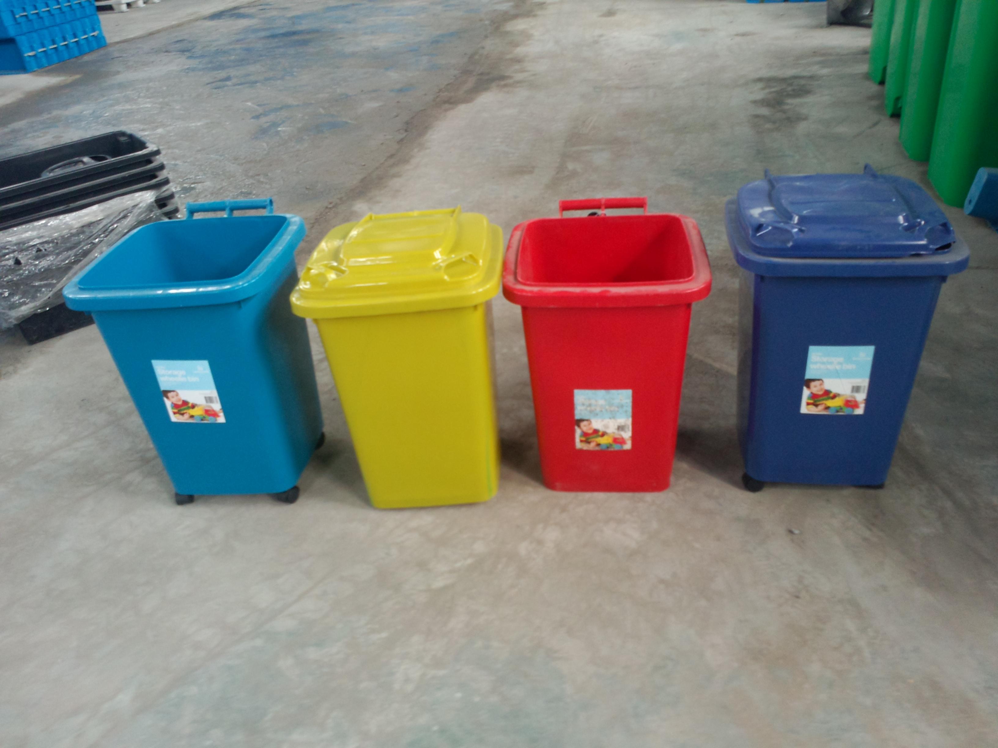 产品信息 名称:塑料垃圾桶 材质:PE 产品特点  耐酸、耐碱、耐腐蚀、耐候性强;  投递口圆角设计,安全无利口;  表面光洁,减少垃圾残留,易于清洁;  可相互套叠,方便运输,节省空间与费用;  能在-30~65区间温度内正常使用;有多款颜色选择,可根据分类需求随心搭配;  使用寿命长,且可循坏再用;  塑料垃圾桶使用安全、卫生、防虫防蛀,无需修理。 垃圾桶 垃圾桶系列:50L垃圾桶、80L垃圾桶、100升垃圾桶、120L垃圾桶、240L垃圾桶、360L垃圾桶、660升大型垃圾桶、11