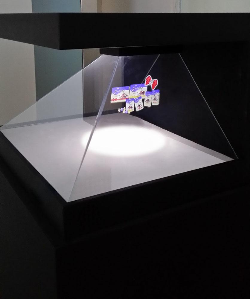 3d全息投影 适合体现细节或内部结构较丰厚的个别物品, 如名表、名车、珠宝、工业商品、也可体现人物、卡通等,给观众感受是彻底立体的。 全息互动展现体系是纳米感应接触膜与散射背投显影技能的结晶,是一种别致、超凡的展现方式,参观者可经过全息展现玻璃进行互动,给参观者一种奥秘和戏法般的奇幻感受,为展现查询供给了一种现代、时髦的交互手段。 在无印象时,该体系悉数通明,能和玻璃装饰容为一体。在特定软件制作方法下,该体系还可供给起浮在玻璃上的特别印象作用,为客户呈现激烈的视觉震撼力。一起,此展项可完成用手指或其它天