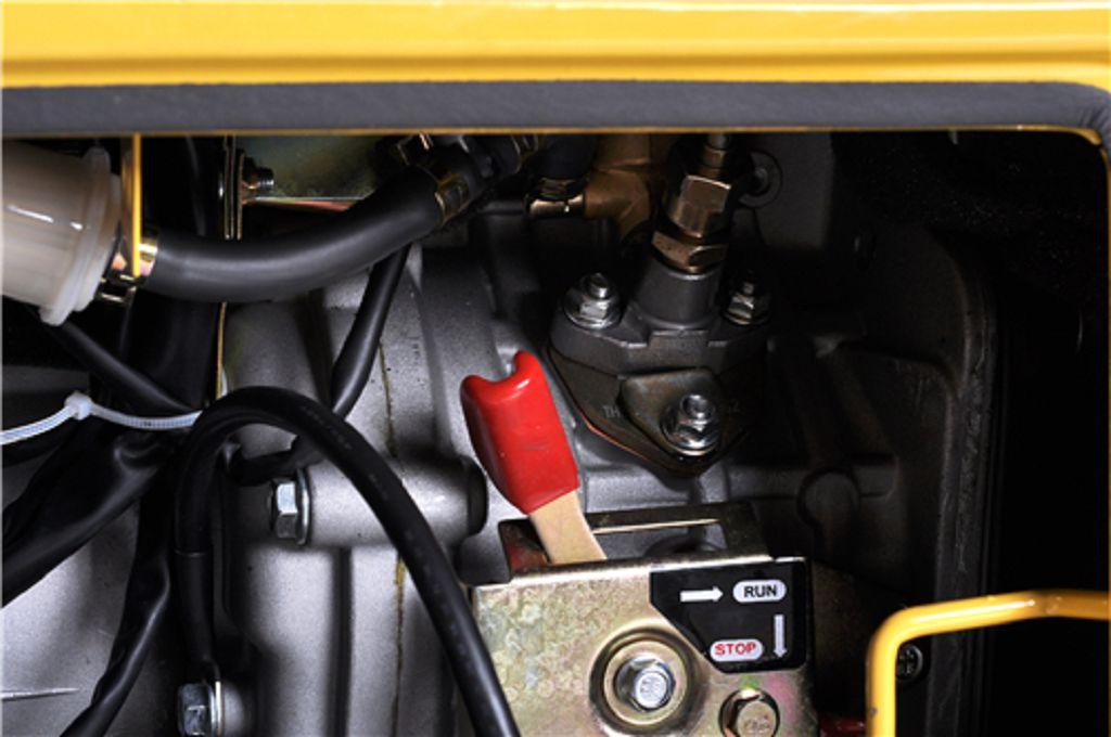 伊藤动力5kw柴油发电机静音式 售后服务 1、我公司承诺对柴油发电机组提供从供货之日起计12个月或1000小时的质保期(以先到为准)。质保 期内,一切因厂方产品本身质量问题或原材料选用不当而导致的机组故障,均由本公司负责。唯机组易 损件、人为操作失误等不在此保修范围之内。质保期外,对柴油发电机组进行按成本价有偿终身保养、 维护和服务。 2、售后服务我司实行以下承诺:承诺故障发生接到通知30分钟内维修响应,3小时内下单完毕,3天内解决 问题及三个服务:贴心的售前服务、专业的售中服务、完善的售后服务的精神,随