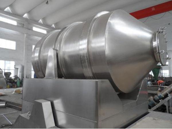 二维运动混合机产品简介:      不锈钢二维混合机,全称不锈钢二维运动混合机,顾名思义,是指转筒可同时进行二个方向运动的混合机。二个运动方向分别是转筒的转动,转筒随摆动架的摆动。被混和物料在转筒内随转筒转动、翻转、混和的同时又随转筒的摆动而发生左右来回的掺混运动,在这两个运动的共同作用下,物料在短时间内得到充分的混和。      二维运动混合机工作原理:      不锈钢二维混合机由转筒、摆动架、机架三大部分构成。转筒装在摆动架上,由四个滚轮支撑并由两个挡轮对其进行轴向定位,在四个支撑滚轮中,其中