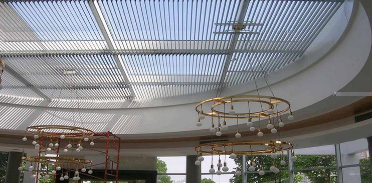 简介与特点 1、采用高强度80R、88E铝合金叶片,叶片呈弧形,纤细、精巧,调节光线随心所欲,光线更均匀柔和,给人以高雅的视觉享受,更利于视力保护; 2、叶片调整幅度在0°-105°之间,不同的角度具有不同的遮阳、调光、通风、防雨、防风、防尘效果,根据气候的季节变化和光线的早晚变化,通过精准的光强度和热量分析,对阳光实现理性管理,随时满足您对采光、遮阳、通风的要求; 3、技术独特的连杆驱动机构,叶片夹设计,可水平或立式安装,更保证三角形、梯形等不规则面也能实现电动遮阳,不失景致和谐之美;
