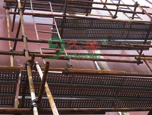 外墙脚手架用钢跳板结构采用了设计方案,其突出的特点有以下几个方